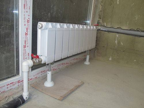 Напольный кронштейн для радиатора
