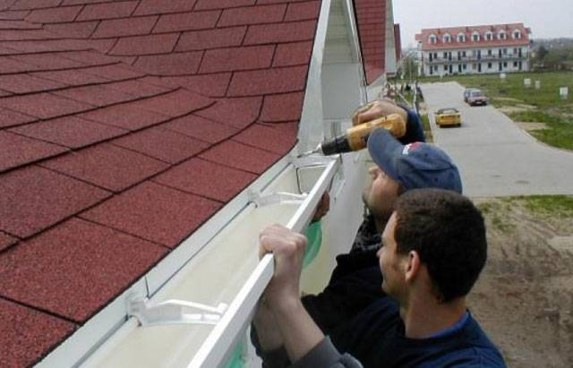 Установка водостока на крыше