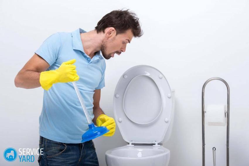 В туалете не уходит вода что делать
