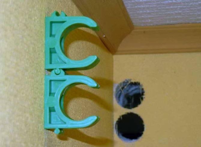 Крепеж для пластиковых труб к стене