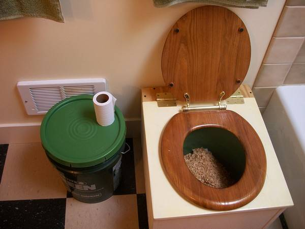Как правильно построить туалет на даче деревянный