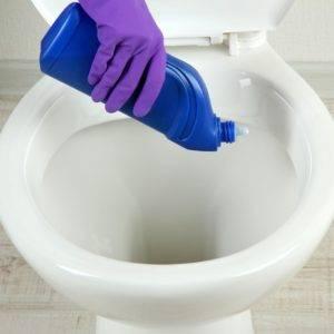 Чистка унитаза содой и уксусом