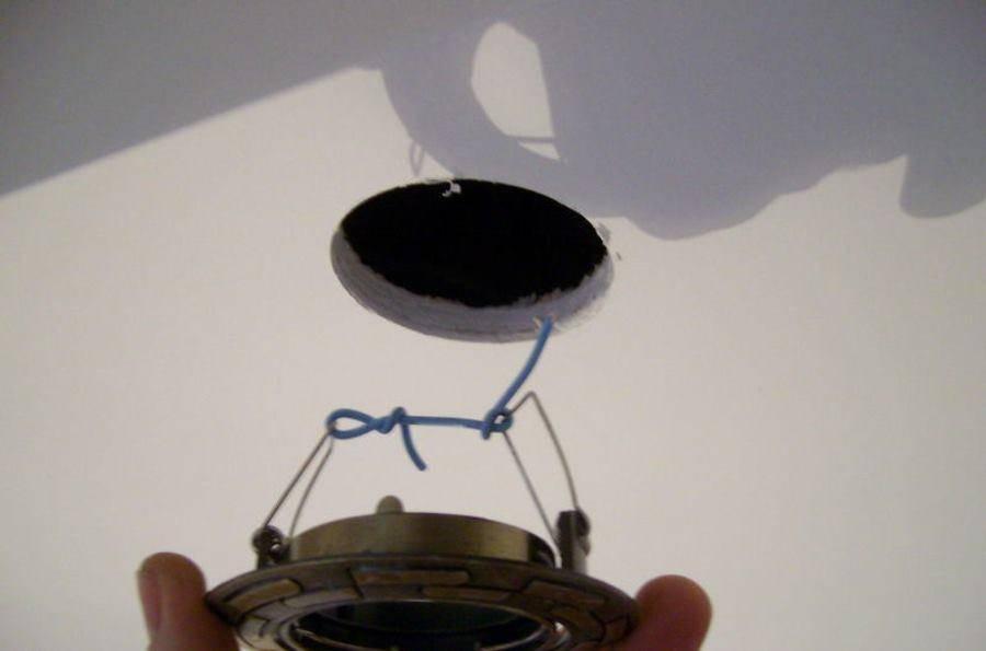 Как поменять лампочку в точечном светильнике