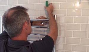 Как закрепить полотенцесушитель в ванной
