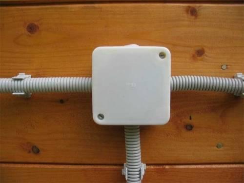 Как проложить проводку в деревянном доме