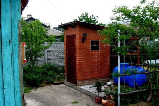 Красивый деревянный туалет для дачи