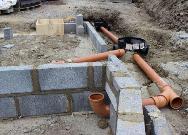 Как правильно уложить канализационную трубу в траншею