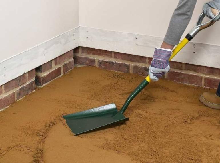 Выравнивание пола песком