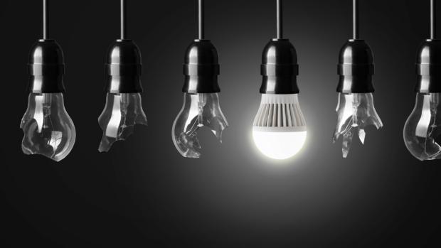 Почему лампочка светится после выключения